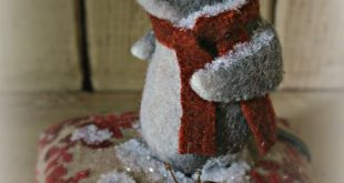 A wee woolly Christmas mouse to help   celebrate the season.       Wool felt Poi...
