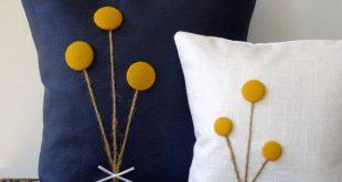 Gelbe Billy Kugel Blume Kissen aus naturfarbenem Leinen von JillianReneDecor Craspedia Billy Button botanischen Home Decor Frühling Hochzeit Ringelblume